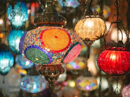 画像に含まれる可能性のあるもの:ランプ、球、および市場