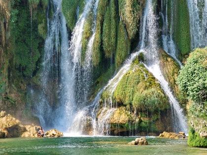 画像に含まれる可能性のあるもの:川、屋外、自然、水、滝、人間、人、芸術、絵画