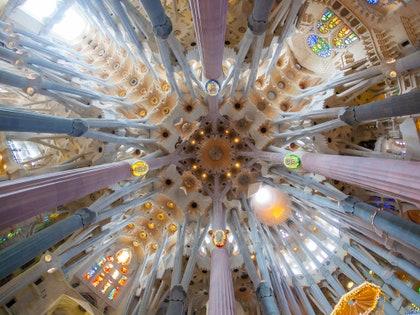 画像に含まれるもの:建築、建物、照明、ランプ、シャンデリア、手すり、手すり