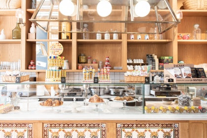 画像に含まれている可能性があるもの:パン屋、店、棚、レストラン、食品、食事、カフェテリア