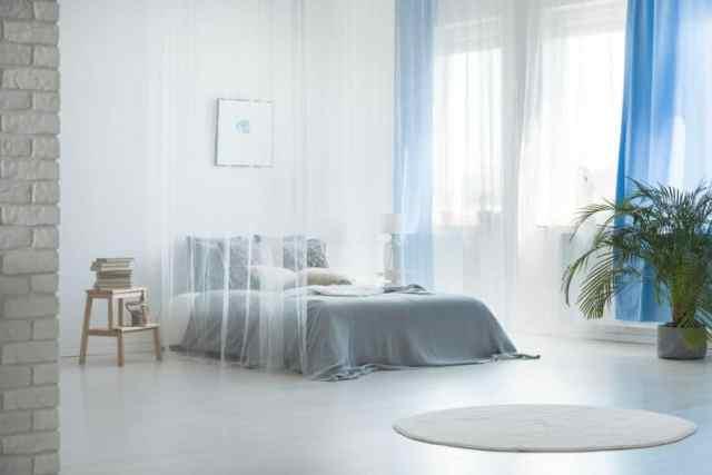 明るく居心地の良いロマンチックなベッドルームのアイデア3
