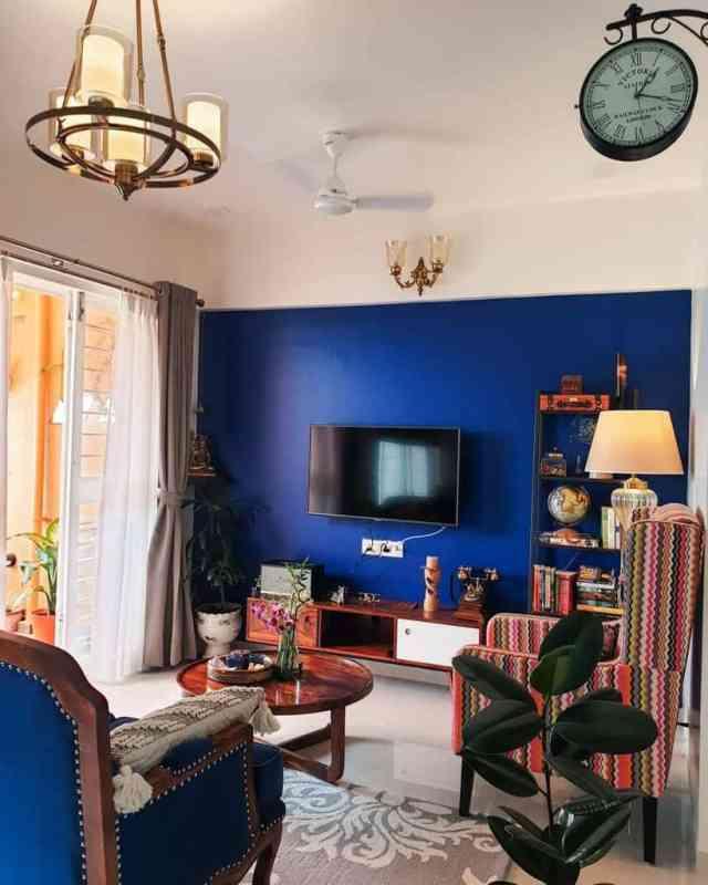 ロイヤルブルーのリビングルームのアイデアshraddha_chandra
