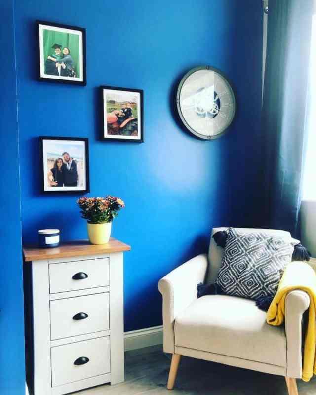 ロイヤルブルーのリビングルームのアイデアthe_colourful_home
