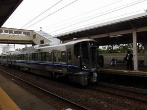 越前花堂駅を知っていますか。 北陸本線ホームに入ってきた普通列車/どこまでもアマチュア