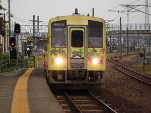 越前花堂駅を知っていますか。 ラッピング列車の到着/どこまでもアマチュア