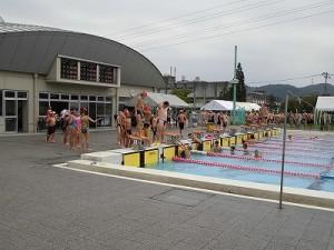 水泳大会の応援に行って来ました。 続々と飛び込んでウォーミングアップをする選手達/どこまでもアマチュア