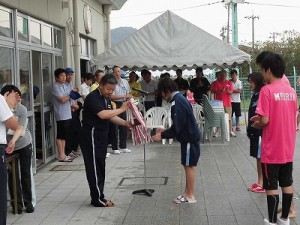 水泳大会の応援に行って来ました。 トロフィーなどの返還/どこまでもアマチュア