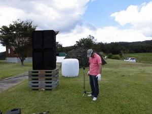 六呂師高原アルプス音楽祭2014 マイクスタンドを立てているI氏/どこまでもアマチュア