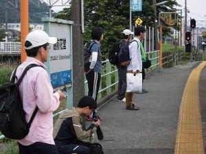 第50回越前大野名水マラソン 越前花堂駅で始発列車の到着を待つお客さんたち/どこまでもアマチュア