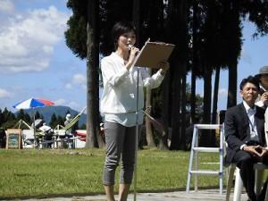 六呂師高原アルプス音楽祭2014 進行を始めた隠居隆子氏/どこまでもアマチュア