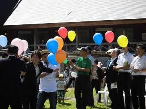 六呂師高原アルプス音楽祭2014 風船を配布するスタッフ/どこまでもアマチュア