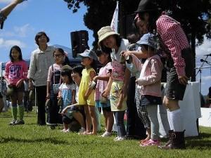 六呂師高原アルプス音楽祭2014 真剣に演奏に参加しているお客さん/どこまでもアマチュア