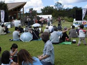六呂師高原アルプス音楽祭2014 ブルーグラスミュージックをバックにくつろぐ来場者のみなさん/どこまでもアマチュア