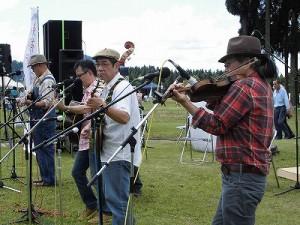 六呂師高原アルプス音楽祭2014 カントリーミュージック特有の速弾きも披露したデッドストック/どこまでもアマチュア