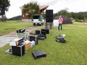 六呂師高原アルプス音楽祭2014 積み下ろされたPA機材/どこまでもアマチュア