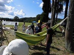 六呂師高原アルプス音楽祭2014 ハンモックの寝心地を試しているお客さんたち/どこまでもアマチュア