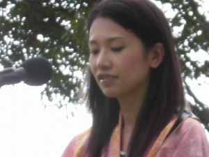 六呂師高原アルプス音楽祭2014 ふみんちゅのサイドギター担当女性メンバー/どこまでもアマチュア