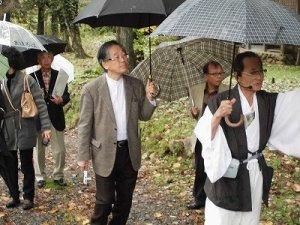 ふるさとの魅力を語ろう!景観づくり団体のつどい 雨の中を視察団の行列とともに歩く進士五十八氏と平泉氏/どこまでもアマチュア
