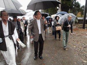 ふるさとの魅力を語ろう!景観づくり団体のつどい 雨の中をさらに進む視察団の行列/どこまでもアマチュア