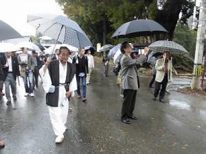 ふるさとの魅力を語ろう!景観づくり団体のつどい 雨の中を進む視察団の行列/どこまでもアマチュア