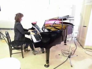 もう最高!クリスマスコンサート2014 in 勝山ニューホテル ピアニストの女性/どこまでもアマチュア