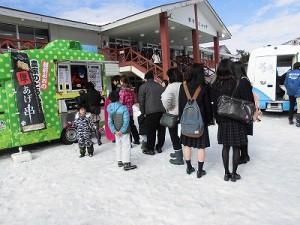 さかだに雪まつり 農家のとうふやさんに並ぶ参加者/どこまでもアマチュア