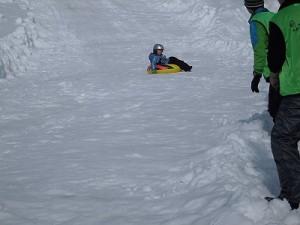 さかだに雪まつり 猛スピードで滑り下りている参加者/どこまでもアマチュア