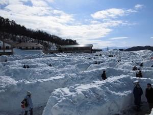 さかだに雪まつり 迷路を進む参加者たち/どこまでもアマチュア