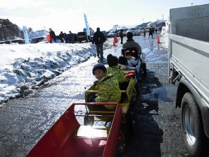さかだに雪まつり どんどん進む機関車/どこまでもアマチュア