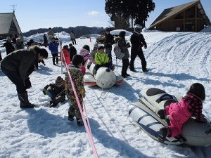 さかだに雪まつり バナナボートに乗るお子ちゃまたち/どこまでもアマチュア
