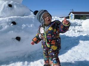 さかだに雪まつり 雪像づくりコンクール ベイマックスの雪像前でポーズをとるお子ちゃま/どこまでもアマチュア