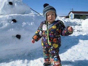 さかだに雪まつり 雪像づくりコンクール  ベイマックスの雪像前で遊ぶお子ちゃま/どこまでもアマチュア