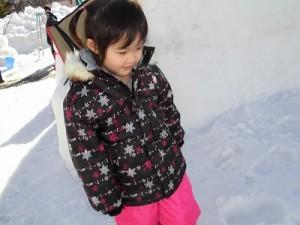 さかだに雪まつり 雪像づくりコンクール かまくら前の雪人形を見るお嬢ちゃん/どこまでもアマチュア