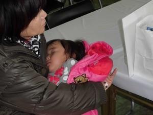 さかだに雪まつり おばあちゃんに抱かれてぐっすり眠ってしまったお嬢ちゃん/どこまでもアマチュア