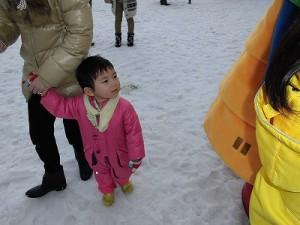 さかだに雪まつり さかずきんちゃんを見つめるチビッ子/どこまでもアマチュア