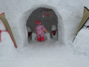 さかだに雪まつり 雪像づくりコンクール 飾りつけに見入るお嬢ちゃん/どこまでもアマチュア