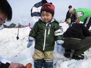 さかだに雪まつり パパが掘り当てたニンジンに納得するお子ちゃま/どこまでもアマチュア