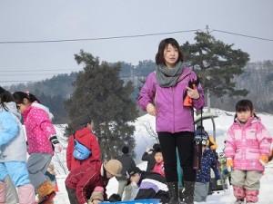 さかだに雪まつり 今から雪の下の野菜収穫体験に参加する親子/どこまでもアマチュア