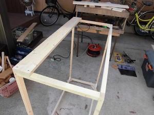 日曜大工自習教室~ズブの素人編~ 骨組みに板を打ち付けている図/どこまでもアマチュア