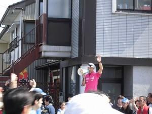 第51回越前大野名水マラソン スタートしたランナー達を見送るゲストランナー 森脇 健児氏/どこまでもアマチュア