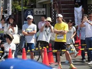 第51回越前大野名水マラソン スタート直後のランナー達を見守るゲストランナー 森脇 健児氏/どこまでもアマチュア