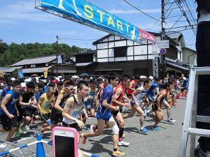 第51回越前大野名水マラソン スタートした5キロコースのマラソンランナー達/どこまでもアマチュア