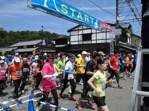 第51回越前大野名水マラソン 勢いよくスタートを切る5キロコースのマラソンランナー達/どこまでもアマチュア