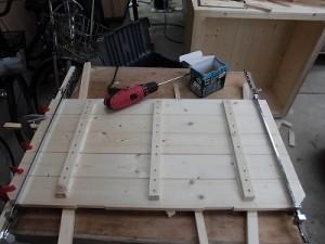日曜大工自習教室~ズブの素人編~ 反対側もクランプで押さえ込み、桟で固定し、真ん中の桟も打ち付けた状態/どこまでもアマチュア