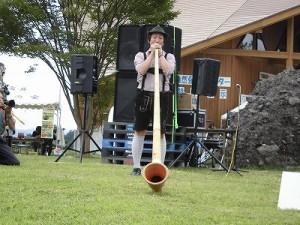 六呂師高原アルプス音楽祭2015 アルプス音楽団 山中 彰氏のアルプホルンの演奏/どこまでもアマチュア