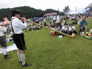 六呂師高原アルプス音楽祭2015 アルプス音楽団 客席でアルプホルンの演奏/どこまでもアマチュア