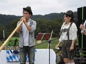 六呂師高原アルプス音楽祭2015 アルプス音楽団 希望者のアルプホルン試し吹き二人目/どこまでもアマチュア