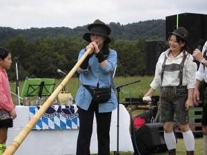 六呂師高原アルプス音楽祭2015 アルプス音楽団 アルプホルン試し吹き三人目/どこまでもアマチュア
