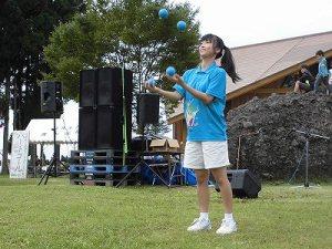 六呂師高原アルプス音楽祭2015 藤島高校ジャグリング部荒谷さんの高度なボール演技/どこまでもアマチュア