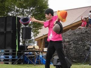 六呂師高原アルプス音楽祭2015 藤島高校ジャグリング部 ハットを操り始めた嶋田君/どこまでもアマチュア